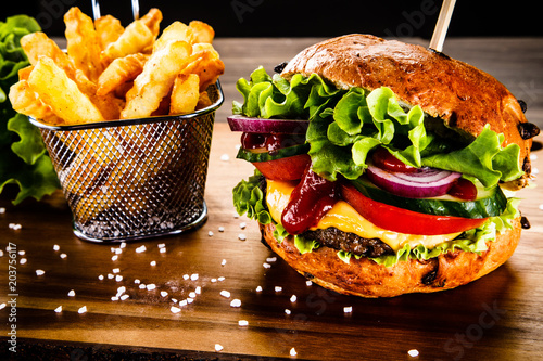 Papiers peints Pierre precieuse Tasty burger with chips served on cutting board