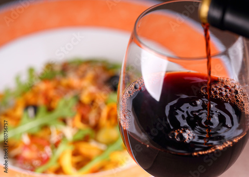Fotografia  Pouring red wine into glass