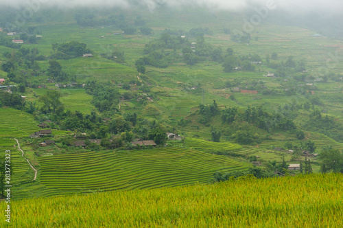 Foto  Picturesque view on high mountain village among rice terraces