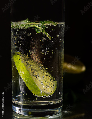 zimna-slodka-woda-z-babelkami-limonka-lodem-i-mieta