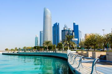 Moderne zgrade centra Abu Dhabija s pogledom na šetnju uz more