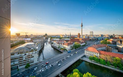 Foto op Aluminium Berlijn Berlin skyline im Sommer bei Sonnenuntergang