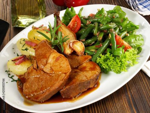 Lammbraten mit Bohnensalat und Bratkartoffeln