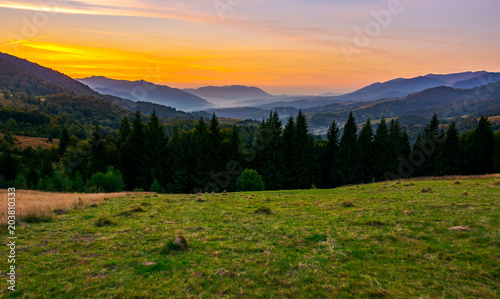 Fotografia  beautiful sunset in Carpathian mountains