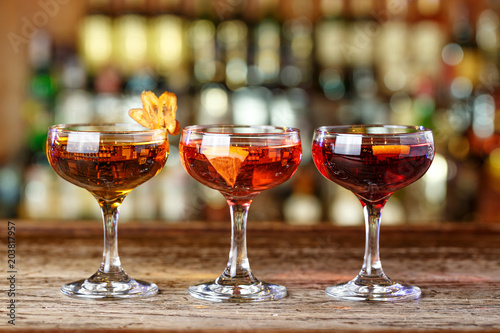 Foto op Plexiglas Bar Colorful cocktails on the bar