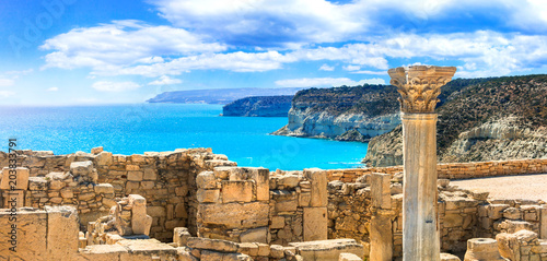 Montage in der Fensternische Ruinen Ancient temples and turquoise sea of Cyprus island