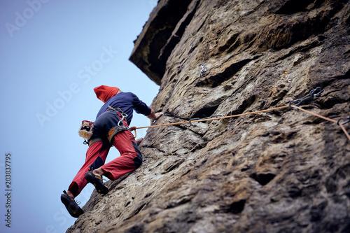 Photo Alpinista su roccia