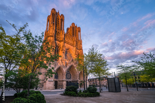 Papiers peints Con. ancienne Warmly illuminated Reims cathedral in sunset light, France