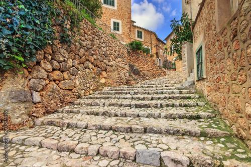 Malownicza brukowana wąska ulica w Fornalutx town, Majorka Balearic Islands