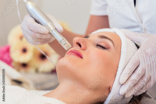 Fotografía  Close-up of the face of a woman relaxing in a modern beauty center during facial