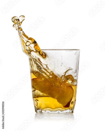 szklanka-soku-jablkowego-z-splash-z-czerwone-jablko-sl