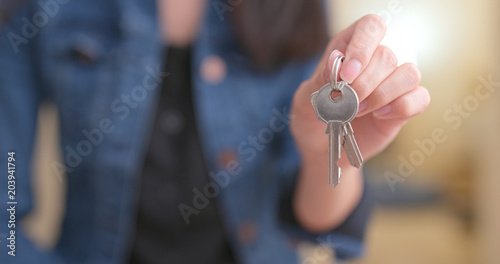 Fotografía  Woman holding key at home