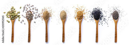 La pose en embrasure Tournesol Set of spoons with different seeds on white background