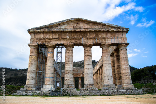 Fototapeta The Doric temple of Segesta in Sicily, italy