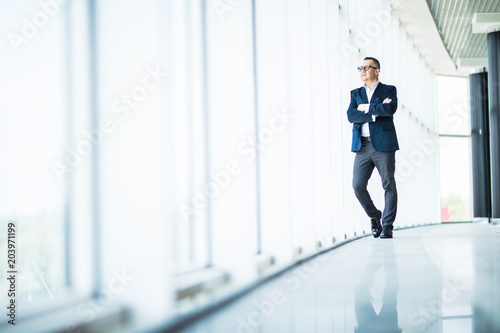 Photo Senior businessman looking out a window in modern office
