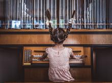 Mädchen Spielt Orgel