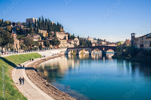 Photo Bend of the Adige river that crosses Verona (Italy) and view of the stone bridge and San Pietro castle