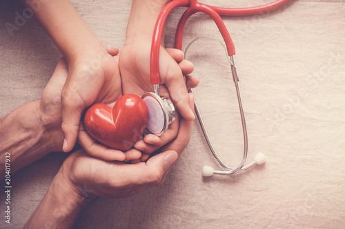 dziecko-i-dorosly-trzyma-czerwonego-serce