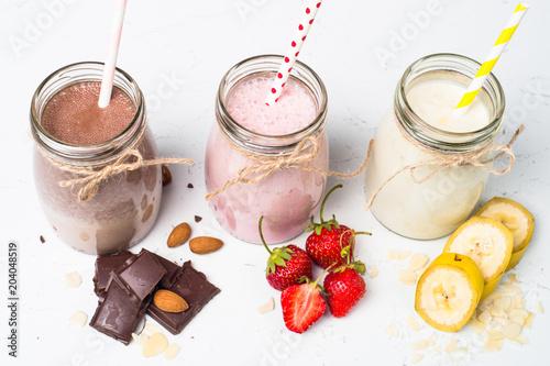 Montage in der Fensternische Milch / Milchshake Banana chocolate and strawberry milkshakes