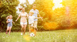 canvas print picture - Familie und Kinder spielen Fußball im Garten