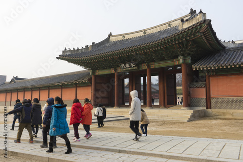 Photo Stands Tourists visiting Seoul Eastern Palace (Changdeokgung) a UNESCO world heritage site in Seoul, South Korea