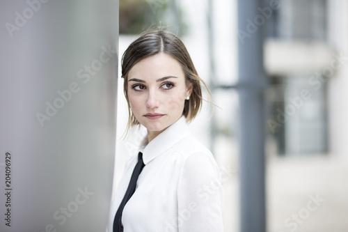 Photo ritratto di un manager donna con camicia bianca e cravatta in un contesto aziend