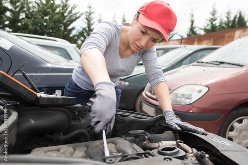 Photo Female mechanic at work