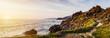Panorama einer felsigen Küstenlandschaft bei Sonnenuntergang