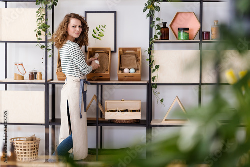 Fotografía  Saleswoman arranging natural healthcare products