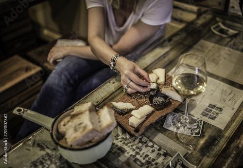 Fotografie, Obraz  pomeriggio in compagnia mentre si mangia un aperitivo e si beve un bicchiere di