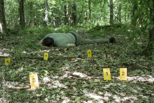 Canvas Print Cadavre d'un homme assassiné sur un chemin forestier