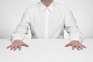 Minimalistyczny portret w bieli przy stole