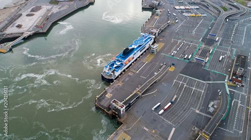 Fototapeta Photographie aérienne d'un ferry dans le port de Calais, France
