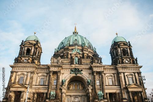 Zdjęcie XXL Katedra w Berlinie nazywa się Berliner Dom. Piękny stary budynek w stylu neoklasycyzmu i baroku z krzyżem i rzeźbami.