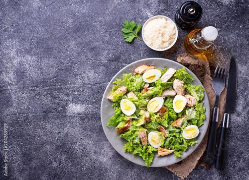 Fotografía  Caesar salad with eggs, chicken and parmesan
