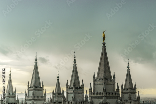 Edifice religieux The Angel Moroni and spires of Salt Lake Temple on an overcast spring evening. The Church of Jesus Christ of Latter-day Saints, Temple Square, Salt Lake City, Utah, USA.