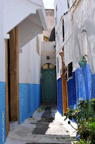 Tuinposter Smal steegje enge Gasse in der Kasbah von Rabat, Marokko