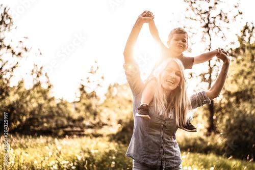 Photographie  Mutter ist glücklich mit ihrem Sohn