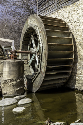 Papiers peints Con. Antique old water wheel