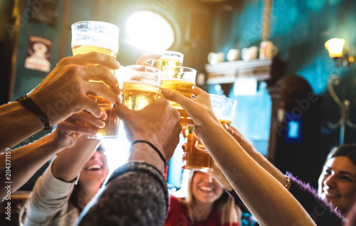 Fotografía  Group of happy friends drinking and toasting beer at brewery bar restaurant - Fr