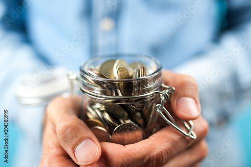 Papiers peints Secheresse Man holding a coin jar