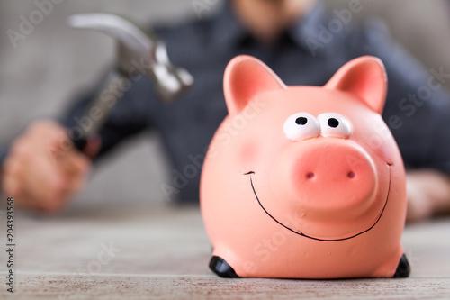 Papiers peints Secheresse Man holding a piggy bank