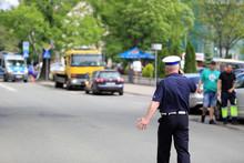 Policjant Ruchu Drogowego Rozmawia Przez Telefon W Czasie Akcji Ratunkowej W Mieście Opolu.