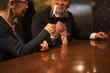 ワインで乾杯。グラスを合わせる老夫婦。
