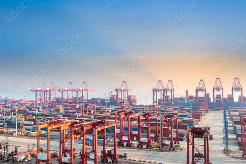 Papiers peints Port shanghai container terminal at dusk
