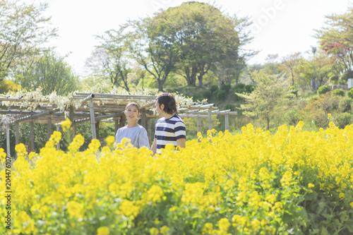 Fotobehang Zwavel geel 菜の花畑の男女
