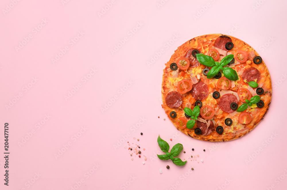 Wyśmienicie włoska pizza, basilów liście, sól, pieprz na różowym tle z copyspace. Widok z góry. Transparent. Wzór w minimalistycznym stylu. Projekt pop-art, koncepcja kreatywna <span>plik: #204477170 | autor: jchizhe</span>