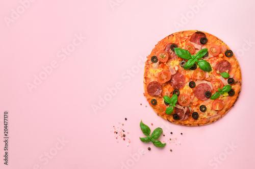 Wyśmienicie włoska pizza, basilów liście, sól, pieprz na różowym tle z copyspace. Widok z góry. Transparent. Wzór w minimalistycznym stylu. Projekt pop-art, koncepcja kreatywna