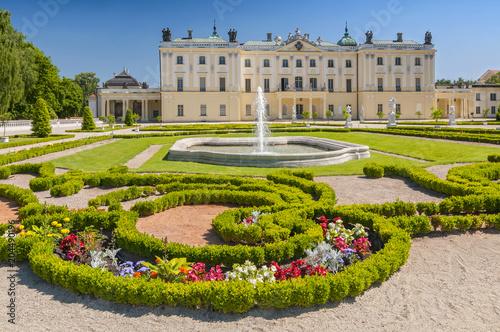 Obraz Ogrody pałacu Branickich, zabytkowy kompleks to popularne miejsce spacerowe mieszkańców Białegostoku - fototapety do salonu