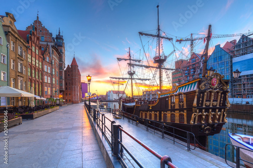 obraz dibond Pirate ship at Motlawa river in Gdansk at sunrise, Poland.
